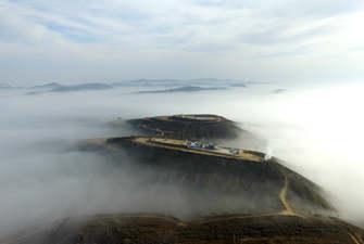 陕西吴起:晨起云雾缭绕 黄土高原雾锁山头