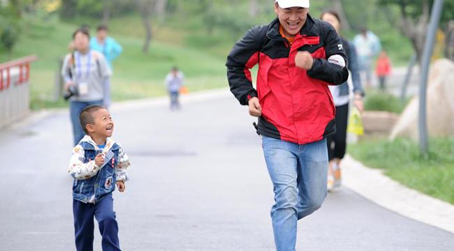 全民健身——亲子健步走 欢乐度周末