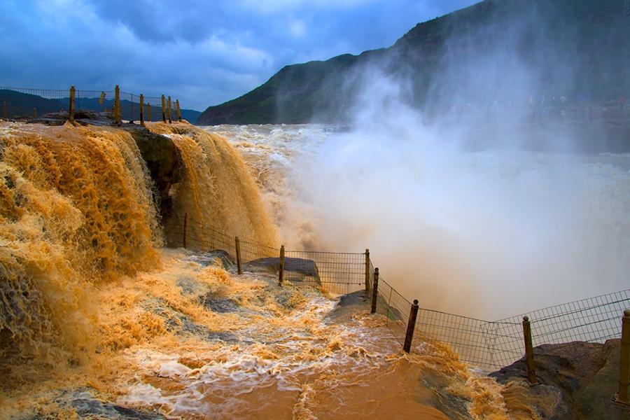 黄河壶口瀑布出现清浊分明的奇观