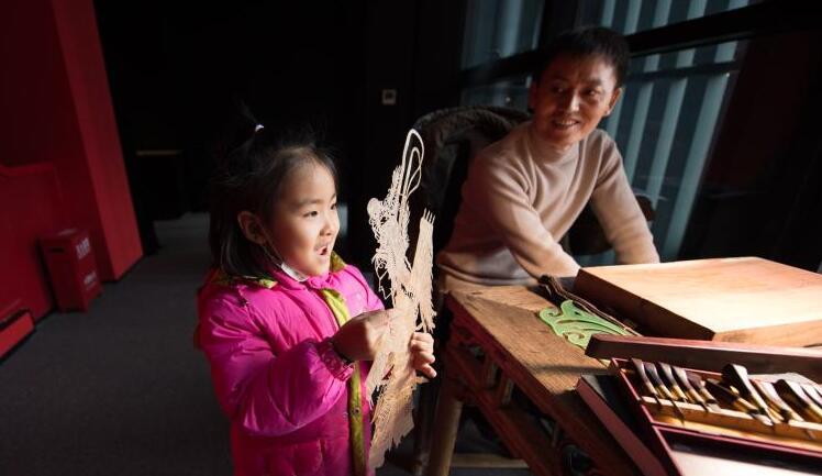 陜西西安:博物館裏刻皮影