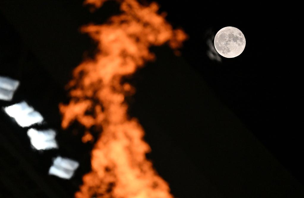聖火映圓月